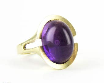 Modernist Amethyst Cocktail Ring, Royal Purple Cabochon Cut Amethyst in 8 Carat Gold Convex Split Shape Setting. Circa 1960s.
