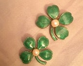 Vintage GOLD vermiel emerald GREEN pearl pair of SCATTER pins brooch set