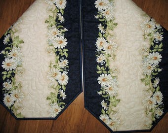 Floral Table Runner, Daisy, Summer, feather quilting, fabric from Maywood, handmade, quilted table runner