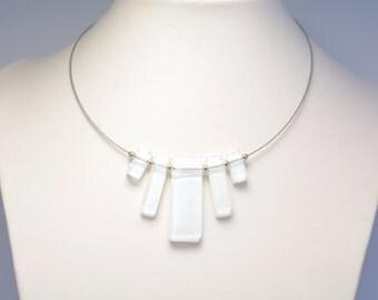 Collier en verre fusionné et billes de métal blanc