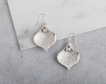 Large silver calla lily and pearl earrings // silver and pearl earrings // flower earrings // silver earrings // statement earrings