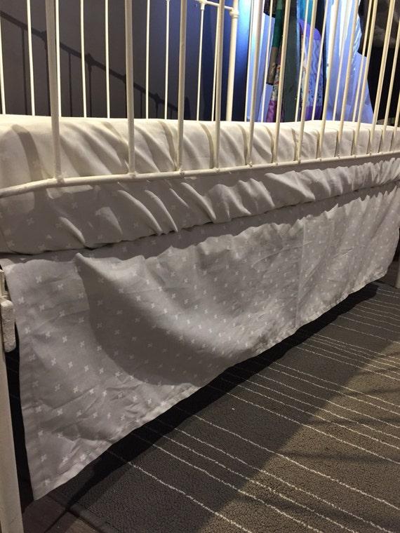 jupe de lit seule de b b motif x sur gris par lespetitsziboo. Black Bedroom Furniture Sets. Home Design Ideas