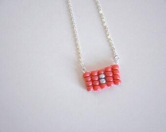 Collier chaîne pendentif tissé minimaliste corail - La mallette des minettes