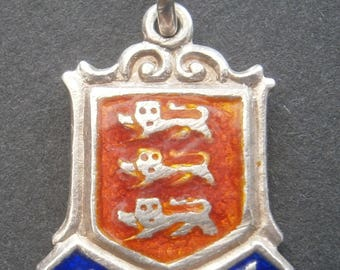 D34) A lovely vintage collectable sterling silver enamel Jersey Coat of arms British souvenir bracelet charm