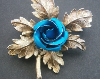 D26) A lovely vintage gold tone metal blue enamel 3D rose floral brooch