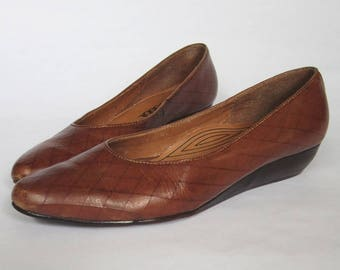 1970s Brown Leather Wedges || Vintage 70s COBBIE Flats || Tan Ballet Flats Shoes Size 7.5 US