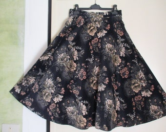 Gonna a ruota anni 70.Velluto liscio.Motivi floreali.Tg.M/70s full skirt/Black smooth velvet with pale flowery pattern/High waisted/Size 8