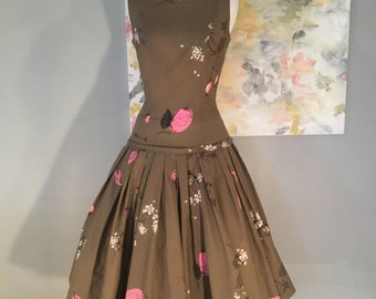 Charming 1950s chocolate and pink sleeveless floral cotton dress with dropped waist