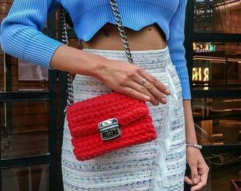 Long sliding chain strap bag | Structured shape crossbody bag | Red chain-link shoulder strap clutch bag | Metal rings crochet red handbag