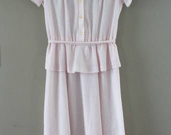 Vintage 1980s Jennifer Gee Day Dress - Pale Pink Peplum Textured Dress - Lace Pleated Top - Short Sleeve Ties at Waist Size Medium