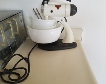 Sunbeam Mixmaster Model 9 | Vintage 10 Speed Electric Stand Mixer | 1940s | Three Glasbake Bowls Two Beater Attachments | Works Great