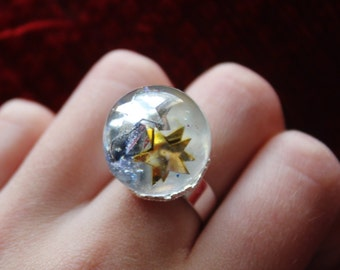 Ring in resin and ring silver with stars and a flower.