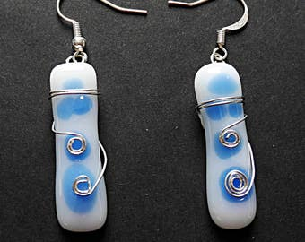 Dangling earrings in glass fusing white patterned blue