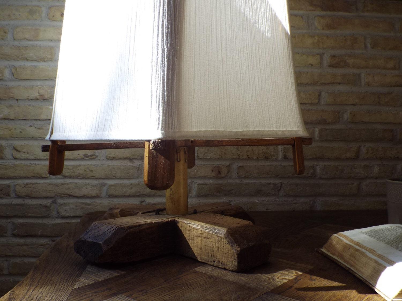 Lampada da tavolo in legno di ulivo antico con paralume in - Lampada da tavolo legno ...