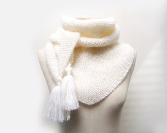 White Hand Knit Triangle Scarf / Triangle Cowl / Triangle Shawl / Chunky Knit Scarf / Bandana Scarf / Baktus Scarf