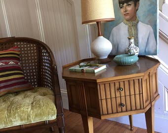 OCTAGONAL SIDE TABLE Midcentury Hollywood Regency Widdicomb 1960s Pecan Wood Fluted Panels Tapered Legs Great Condition Vintage Retro