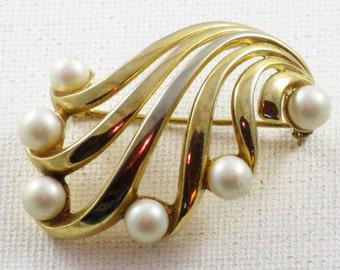 Vintage Crown Trifari Gold Tone Faux Pearl Brooch Pin (B-2-4)