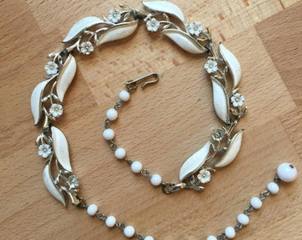 1950s Lisner White Thermoset Enamel Floral Necklace // Choker