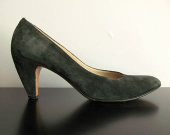 green suede heels - 80s vintage Salvatore Ferragamo dark olive hunter soft genuine leather vamp pointy low pumps designer shoes size 8.5