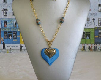 """Ravissant collier pendentif en bois laqué bleu dur et doré """"des coeurs"""""""