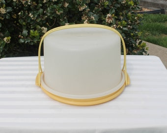 Tupperware Round Cake Keeper and Carrier in Harvest Gold