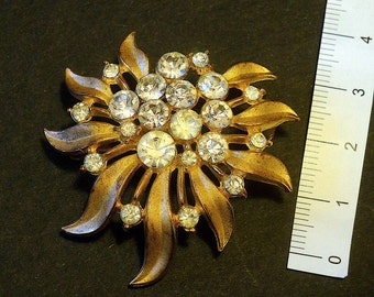 Vintage Crown TRIFARI brooch, bright and sparkling. Gold tone Trifanium satin-finished leaves and rhinestones.  Original 50s – cod. A61