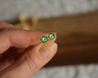 Green flower earrings, sterling silver tiny ear studs, small emerald flowers stud earrings, delicate floral ear studs in jewelry box