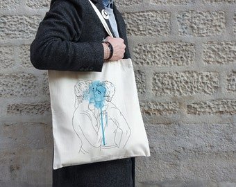 Coton tote bag with an illustration of two gay men kissing