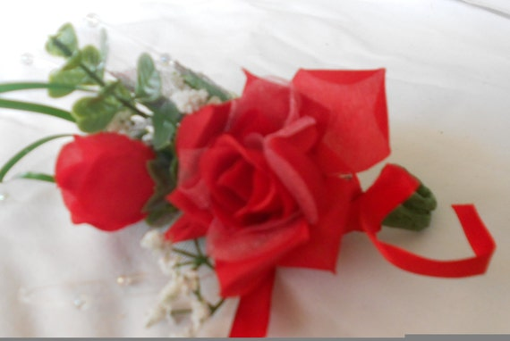 Set of 10 red boutonniers or corsages
