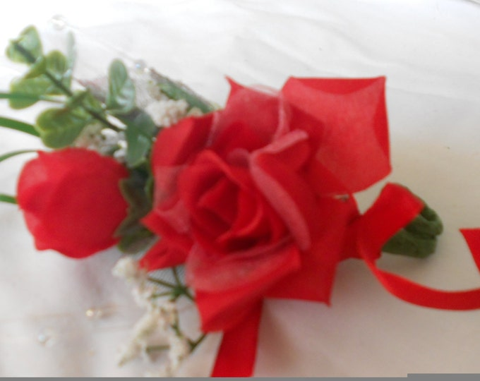 Set of 6 red boutonniers or corsages