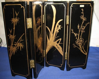 Table screen wood lacquer black inlay mother of Pearl embossed China. Decoration.