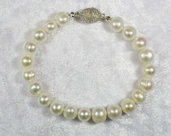 Bead Bracelet Freshwater Pearl cream, Stardust magnetic closure, handmade