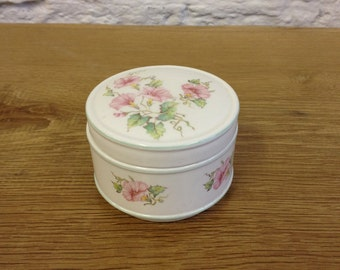 Vintage Sadler Sweetpea Flower Trinket Dish with Lid. In good condition, lovely pretty thing would look great in any house.