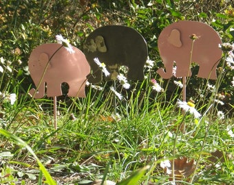 Soon Christmas, what would you think about a beautifull little pink elephant ? It will surprise (or not ...) in a plant or in the garden.