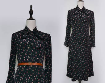 Black Vintage Women Pleated Maxi Dress Red Green Flower Print 1980s Bow-Tie Collar Long Sleeves Size M