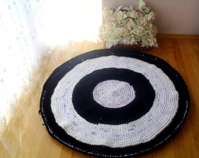 crochet round rug, black&white rug, upcycled t-shirt rug, upcycled floor rug, ecofriendly braided rug