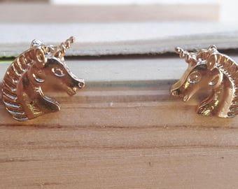Boucles d'oreilles Licorne doré | Joli bijou minimaliste 1,5 x 1 cm | Tropical 2017 | Cadeau mignon pour elle | Puce pour tous les jours |