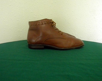 Vintage boots. Women boots, Sz 7 Vintage brown leather flat lace up 1990s granny ankle boots.