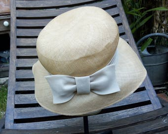 Blond straw sun hat with a knot