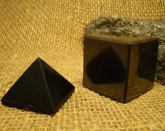 Shungite set square 40 mm. / 1.57 oz pyramid + 40 mm. / 1.57 oz of Karelia.