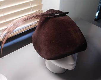 Beautiful bucket hat brown with farrett feather