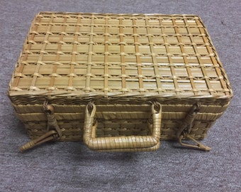 Vintage Woven Picnic Basket - Woven - Wicker - Clasps