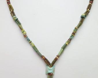 Ketting van Egyptische faience mummy kralen, carneool kralen en versierde kraal