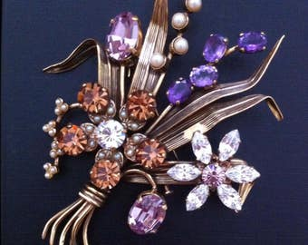 Very beautiful brooch with semi precious stones