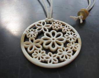 SALES OFF 30% - a nice handmade buffalo horn flower pendant in creamy color -Pendentif en corne de buffle