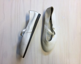 vintage white leather flats / Mary Jane strap baby doll slip-ons / white leather ballet flats