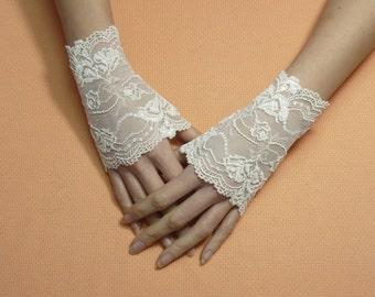 Short Romantic Boho Fingerless Gloves Dark ivory Cream, Wedding Mittens, Baroque, Victorian Lace Armwarmers Regency Style Bridal Hand Covers