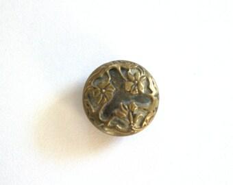 Art Nouveau Floral Metal Picture Button