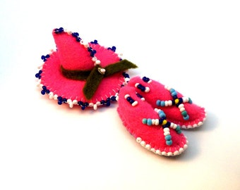 Vintage 1950s American Indian / Mexican Souvenir Felt Pink Beaded Sombrero Hat with Moccasin Shoes PIN Brooch