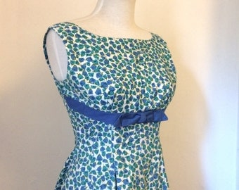 Vintage 1950s floral cotton sleevess fit and flare dress / fifties shelf bust sun dress - small to medium